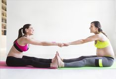 Deux jeunes femmes enceintes faisant des exercices de forme physique Images stock