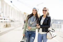 Deux jeunes femmes extérieures Image libre de droits