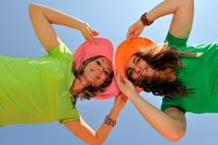 Deux jeunes femmes extérieurs en été Images libres de droits