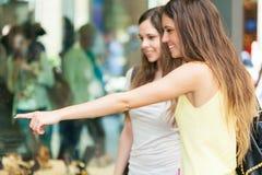 Deux jeunes femmes faisant des achats Image stock