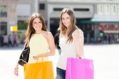 Deux jeunes femmes faisant des achats Photo stock