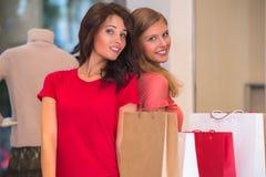 Deux jeunes femmes faisant des emplettes dans le mail Photos libres de droits