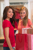 Deux jeunes femmes faisant des emplettes dans le mail Photos stock
