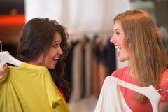 Deux jeunes femmes faisant des emplettes dans le mail image stock