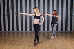 Deux jeunes femmes faisant la gymnastique et l'étirage Photo libre de droits