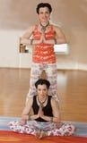 Deux jeunes femmes font le yoga Photos libres de droits