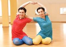 Deux jeunes femmes font le yoga Photo stock