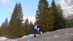 Deux jeunes femmes heureuses courant de la forêt tenant des mains banque de vidéos