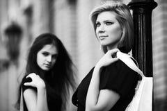 Deux jeunes femmes heureuses de mode dans une rue de ville images libres de droits