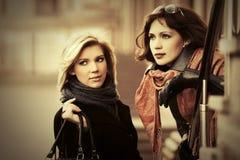 Deux jeunes femmes heureuses de mode sur la rue de ville Photo libre de droits