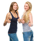 Deux jeunes femmes heureuses montrant le pouce vers le haut du signe Photo libre de droits