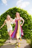 Deux jeunes femmes heureuses runing en stationnement Photo stock