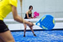 Deux jeunes femmes jouant le tennis de palette Image libre de droits