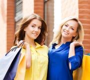 Deux jeunes femmes magnifiques étant heureuses et posant dehors Photos stock