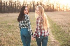 Deux jeunes femmes marchant dehors Photos stock