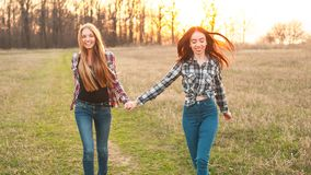 Deux jeunes femmes marchant dehors Photographie stock libre de droits