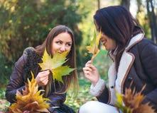 Deux jeunes femmes mignonnes bavardant dehors Photographie stock