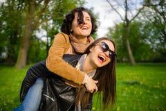 Deux jeunes femmes mignonnes dépensent gaiement le parc de temps au printemps Photographie stock libre de droits