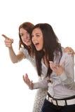 Deux jeunes femmes pénétrant par effraction dans le rire Photos libres de droits
