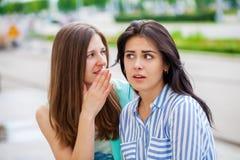 Deux jeunes femmes parlant entre eux photographie stock