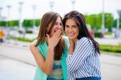Deux jeunes femmes parlant entre eux photo stock