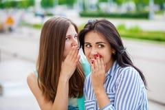 Deux jeunes femmes parlant entre eux images stock