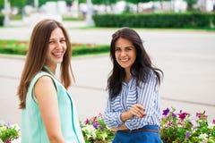 Deux jeunes femmes parlant entre eux photos stock