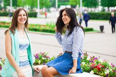 Deux jeunes femmes parlant entre eux photo libre de droits