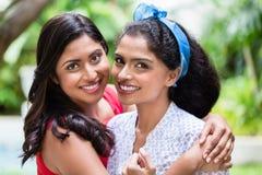 Deux jeunes femmes posant ensemble comme meilleurs amis Photographie stock libre de droits