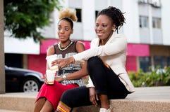 Deux jeunes femmes prenant le café Photo stock