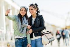 Deux jeunes femmes prenant un autoportrait de lui-même Photo libre de droits