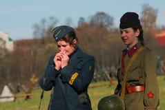 Deux jeunes femmes-reenactors, Allemands et Russes Photographie stock