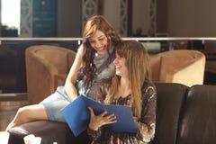 Deux jeunes femmes regardant le menue Images stock