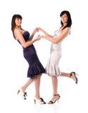 Deux jeunes femmes retenant des mains Photo stock