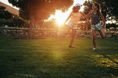 Deux jeunes femmes s'étirant au parc Images libres de droits