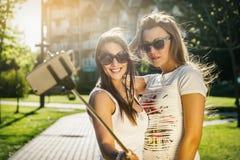 Deux jeunes femmes sauvages prenant un selfie Photos stock