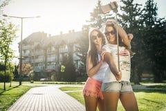 Deux jeunes femmes sauvages prenant un selfie Photo libre de droits