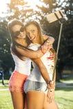 Deux jeunes femmes sauvages prenant un selfie Images libres de droits