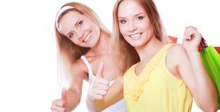 Deux jeunes femmes se tenant avec le panier, montrant correct Images stock