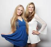 Deux jeunes femmes sexy dans la robe de mode d'été Photos libres de droits
