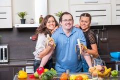 Deux jeunes femmes sont alimentées l'homme d'âge de midle de bananes Photographie stock