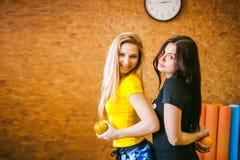 Deux jeunes femmes sportives de physique dans le gymnase photographie stock