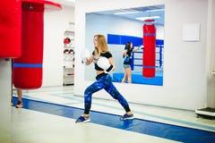 Deux jeunes femmes sportives de physique dans le gymnase image libre de droits