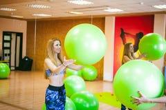 Deux jeunes femmes sportives de physique dans le gymnase photos libres de droits
