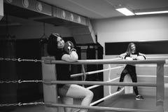 Deux jeunes femmes sportives de physique dans le gymnase image stock