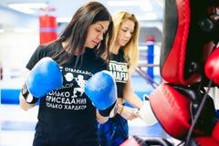 Deux jeunes femmes sportives de physique dans le gymnase photos stock