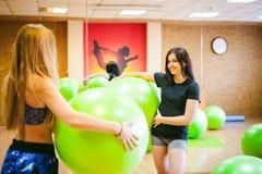 Deux jeunes femmes sportives de physique dans le gymnase photo stock