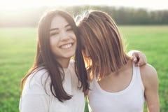 Deux jeunes femmes sur le champ d'herbe Images libres de droits