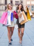 Deux jeunes femmes tenant des paniers Images stock