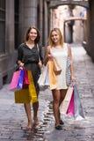 Deux jeunes femmes tenant des paniers Images libres de droits